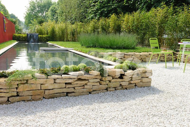 Photo de Scène de jardin contemporain : bassin et gravier - fotoflor ...