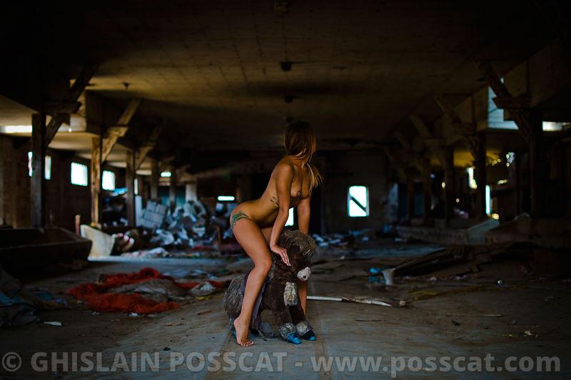 nu artistique - photo de nu - photographe de nu - photo femme nue avec un cheval à bascule - femmes nue - photo erotique