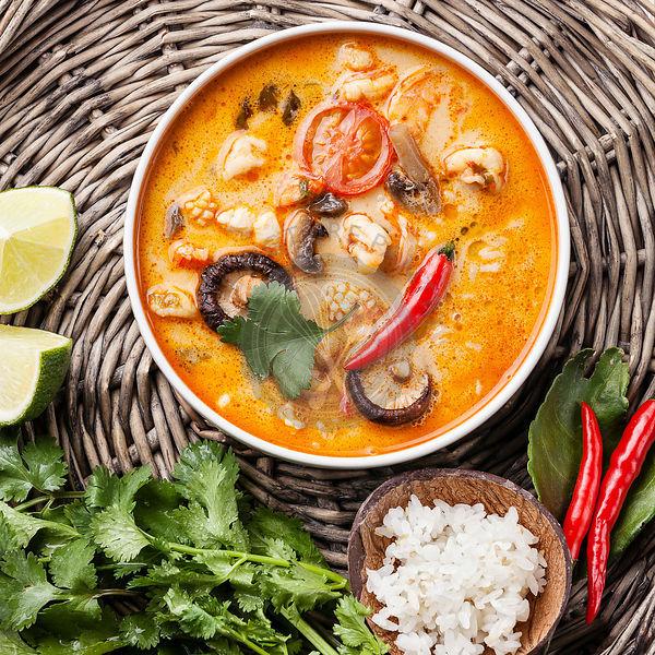Влейте в емкость с овощами кокосовое молоко, соль и перец, накройте крышкой
