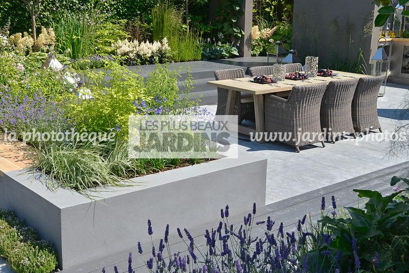 la phototh que les plus beaux jardins jardin urbain mobilier de jardin sur une terrasse en. Black Bedroom Furniture Sets. Home Design Ideas