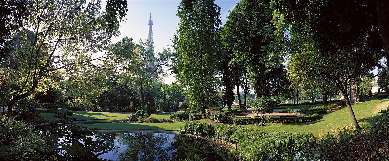 Phototh que arnaud frich la tour eiffel depuis le jardin for Aquarium de paris jardin du trocadero