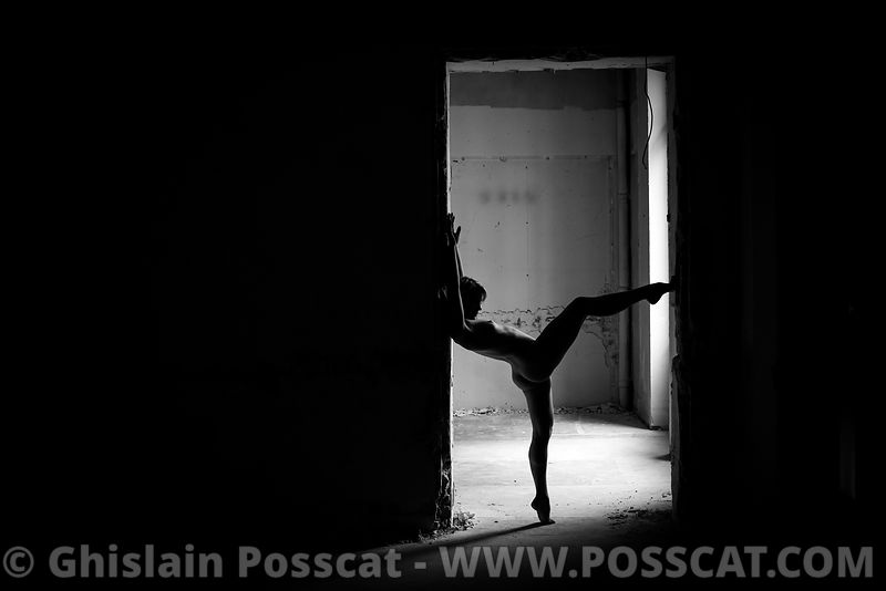 acrobate nue - duo contorsionnistes nu - photo yoga nu - yoga nue-équilibriste nue – contorsionniste nu - urbex