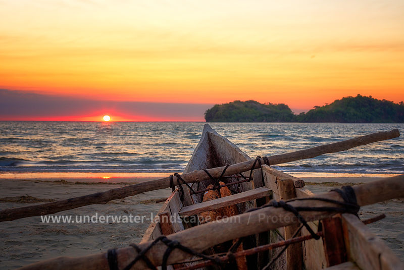 Photo nosy be- coucher de soleil nosy be sur plage Dans la pirogue