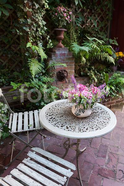 Photo de Petite terrasse pavée et salon de jardin de style classique ...