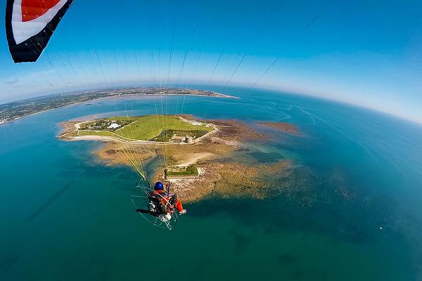 Jérôme Houyvet photographe professionnel en Normandie à bord de son paramoteur en vol au-dessus de l'île de Tatihou