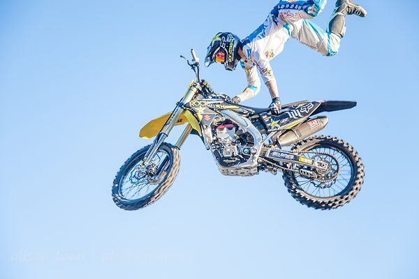 Freestyle motocross: noisy, entertaining, wow, a drained lagoon… and there every day of the fair!