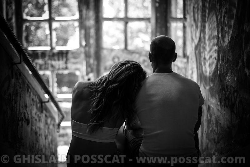 Shooting photo de couple, photo couple, photos de couple dans un escalier