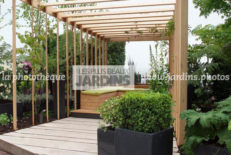 la phototh que les plus beaux jardins terrasse contemporaine banc sous une pergola en bois. Black Bedroom Furniture Sets. Home Design Ideas