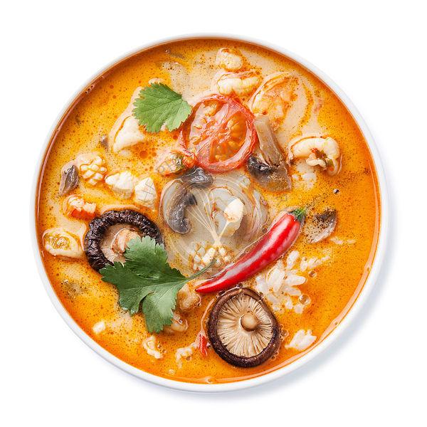 Скачайте стоковую фотографию вкусный том ям суп с кокосовым молоком и креветками