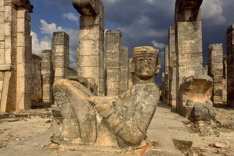 Chaac Mool:  estatua de un semidios que se ubica en los umbrales que dividen lo sagrado de lo profano, puntualmente, al pie de los altares, en el acceso a los campos de juego de pelota o en la entrada de los templos.