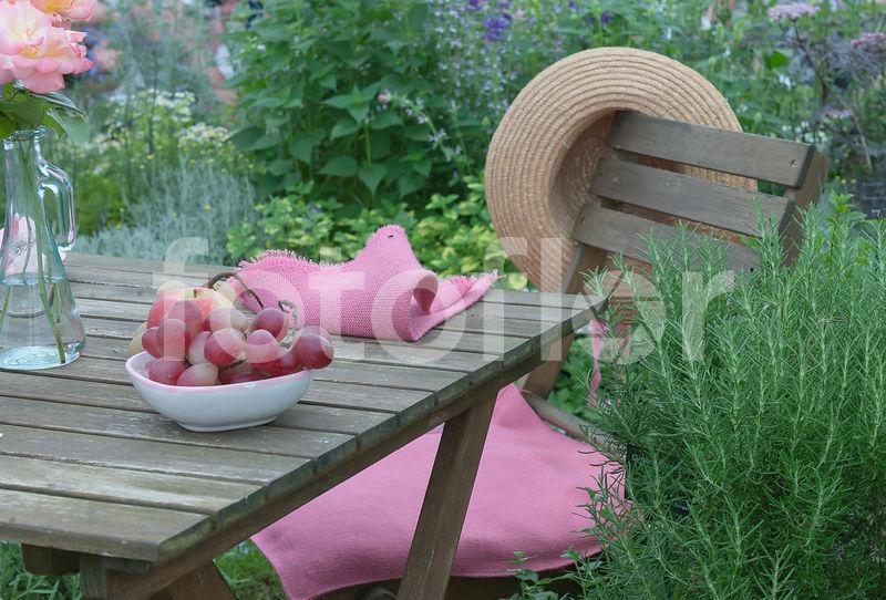 Photo de Ambiance salon de jardin en bois avec coupe de fruits ...