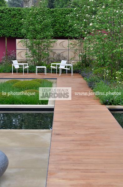 la phototh que les plus beaux jardins jardin contemporain all e en bois exotique iroko. Black Bedroom Furniture Sets. Home Design Ideas