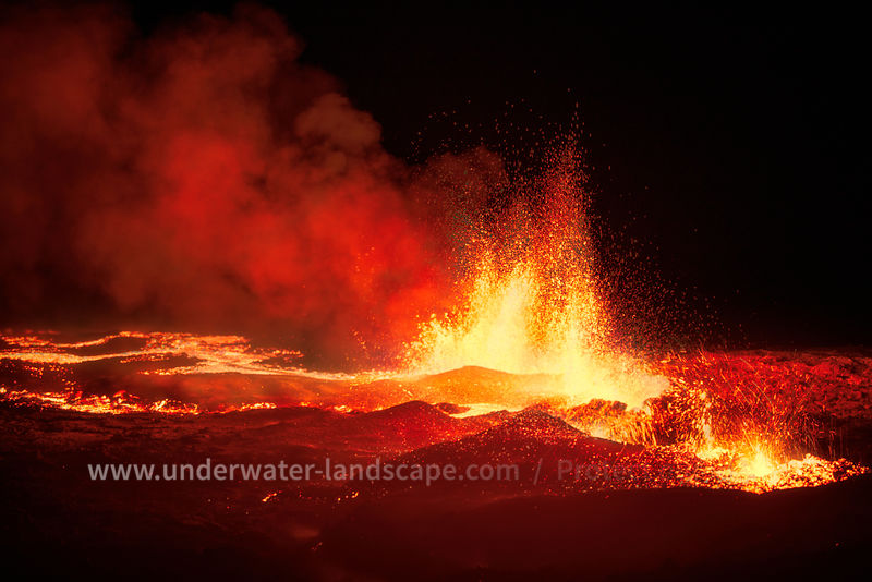 photo volcana piton de la fournaise in reunion island -Fontains and rivers of lava
