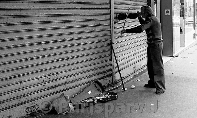 Parisparvu the violinist rue des martyrs for Restaurant le miroir rue des martyrs