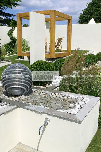 La phototh que les plus beaux jardins point d 39 eau dans un jardin contemporain designer - Point d eau dans le jardin ...