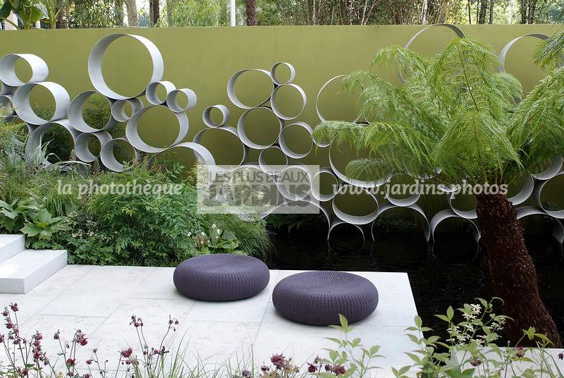 sculpture contemporaine jardin Jardin contemporain, Terrasse, Claustra métal, Sculpture, Designer : Andy  Sturgeon Garden Design
