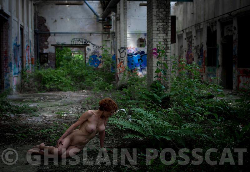 La nature reprend ses droits - Nu artistique, photo erotique, photos de femmes nues - Ghislain Posscat - photo de nature urbex