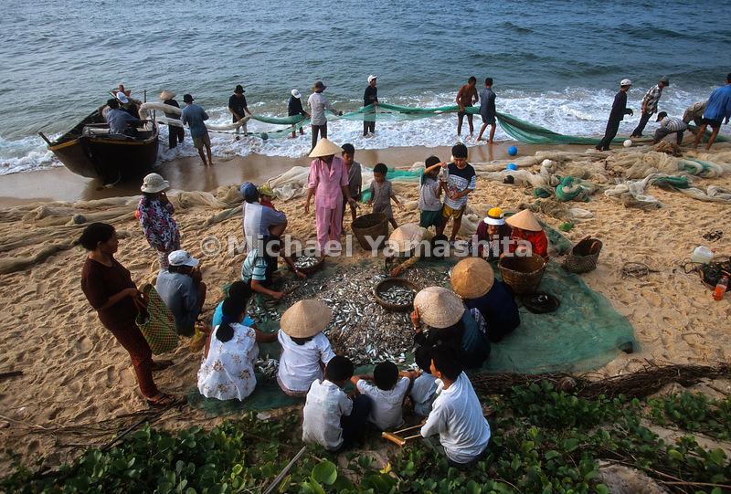 Michaelyamashita fishermen on the beach drag net fishing for Drag net fishing