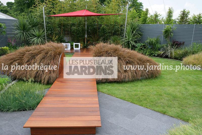 la phototh que les plus beaux jardins jardin contemporain dallage bois passage sur lev. Black Bedroom Furniture Sets. Home Design Ideas