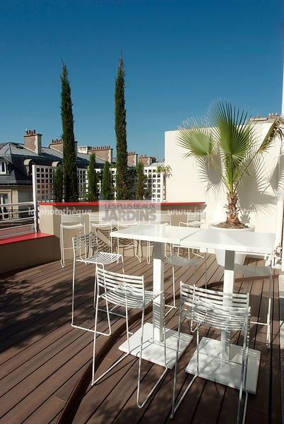 Elegant terrasse parisienne mobilier de jardin de la collection aero de luitalien emu with - Mobilier jardin oriental saint denis ...
