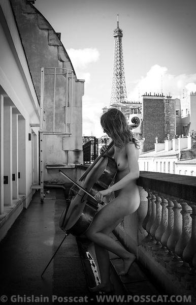 Nu artistique-musicienne nue-violoncelliste nu- tour eiffel paris-photos de femmes nues - Ghislain Posscat - photo erotique